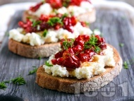 Рецепта Сандвичи брускети с пълнозърнест хляб, извара и сушени домати